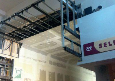 Elementi metallici atti al sostegno dell'ambientazione a sbalzo verticale ancorati al pilastro