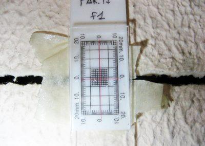 Esempio di fessurimetro impiegato per i punti di misura ed entità delle lesioni