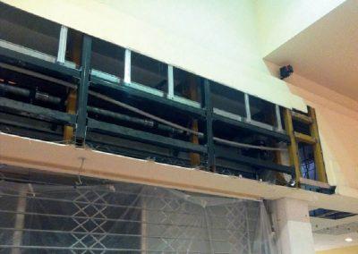 Sotto struttura metallica a sostegno di insegne luminose pesanti delle attività commerciali
