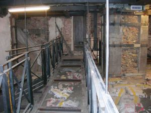 Passerella sospesa nella cripta