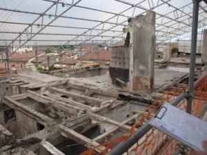 Immagine del livello sottotetto dopo l'incendio del 2008 (zona con copertura distrutta)