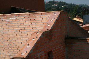 Risanamento/ricostruzione muri sottotetto e nuovi cordoli metallici alla sommità (continui e collegati alle murature), dettaglio