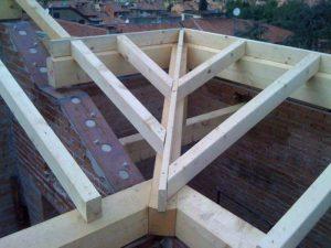Risanamento/ricostruzione muri sottotetto, cordoli metallici alla sommità (continui e collegati alle murature) e nuove strutture in legno di copertura (collegate ai cordoli)