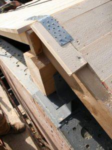 Dettaglio collegamenti muratura + cordoli metallici alla sommità + nuove strutture in legno di copertura + tavolato falde copertura